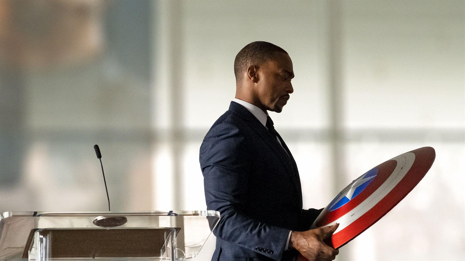Sam wilson du The Falcon and The Winter Soldier tenant le bouclier de Captain America