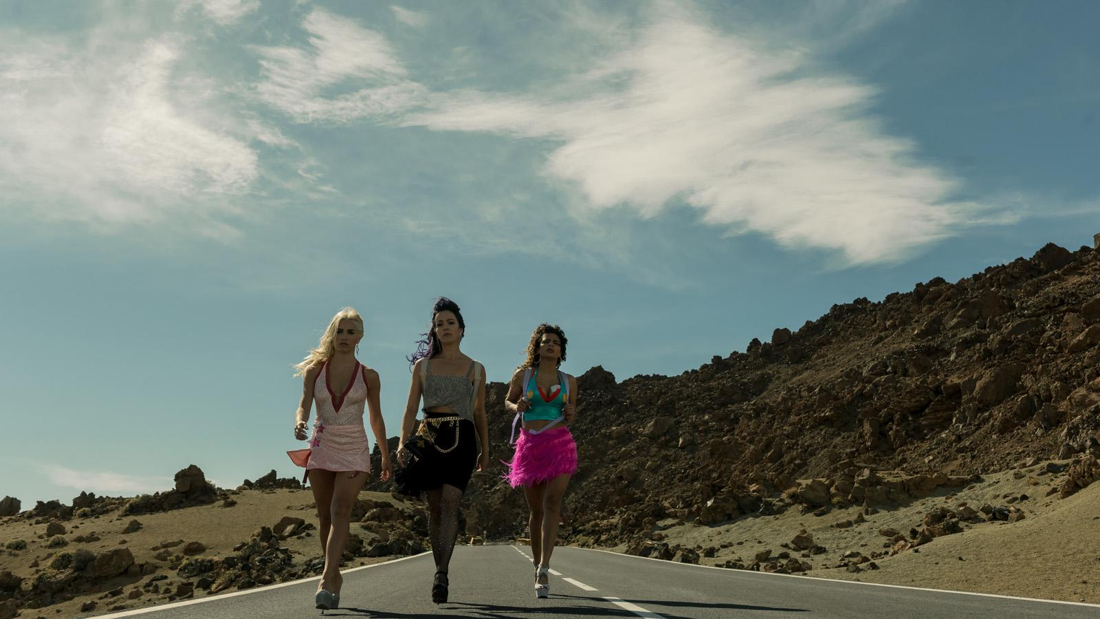 Wendy, Coral et Wendy marchant sur la route dans Sky Rojo
